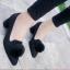 รองเท้าคัทชูส้นสูง หัวแหลม แต่งขนมิ้งค์ (สีดำ) thumbnail 3