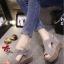 รองเท้าส้นเตารีด แบบรัดส้น หนังกลับ เว้าข้าง (สีเทา )