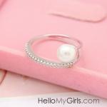 แหวนแฟชั่นเกาหลี แหวนเพชรแถวเดียวสีเงินแต่งหัวมุกโค้ง